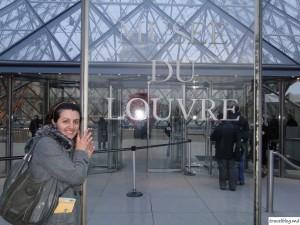 Unul din cei 8,5 milioane de vizitatori ai Muzeului Louvre