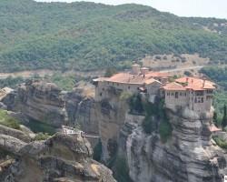 Complexul de mănăstiri din Meteora este al doilea ca mărime şi importanţă în Grecia după Muntele Athos
