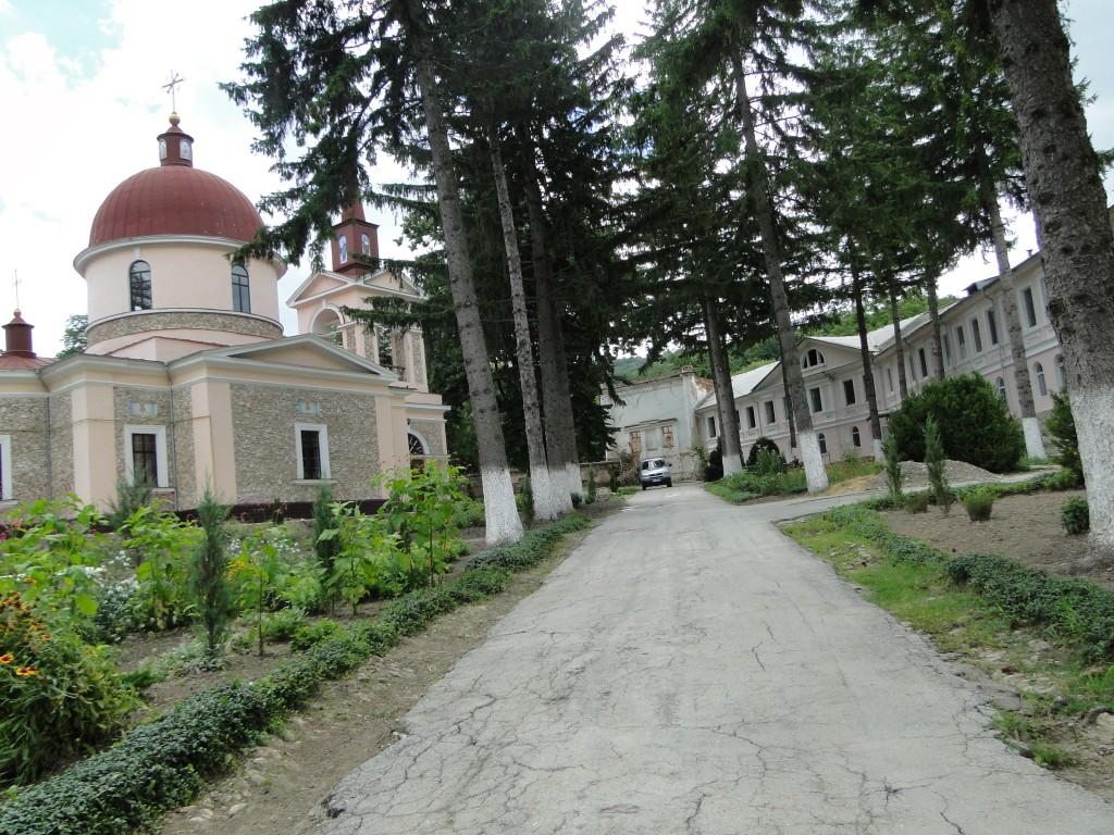 Culoarea roz de pe faţada Mănăstirii Hârjăuca iese în evidenţă :)