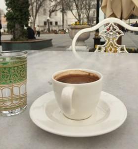 La o cafea cu povești din călătorii